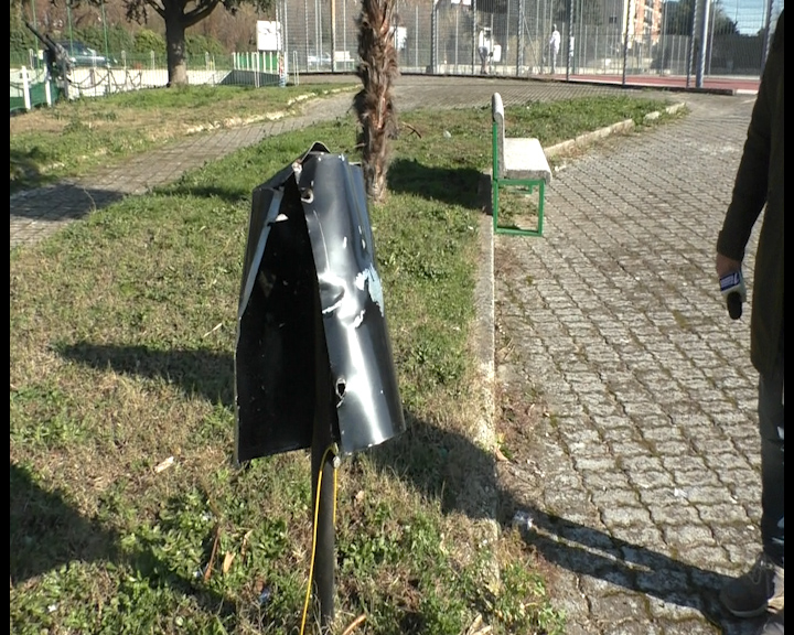 ASSALTO DI INCIVILI A VALLE: DIVELTA TARGA COMMEMORATIVA DISTRUTTI CESTINI E DOG TOILETTE